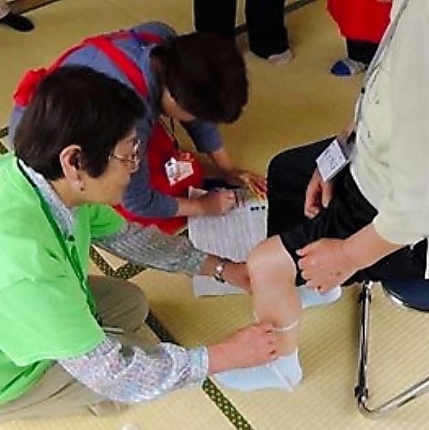 フレイルチェックの試みで、ふくらはぎの周囲を測って筋肉量を推定する=千葉県柏市、飯島勝矢さん提供