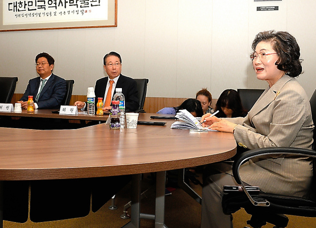 日韓合意に基づいて韓国政府が設立する財団の準備委員会の初会合。委員長には金兌玄・誠信女子大名誉教授(右端)が就任した=31日午前、ソウル、代表撮影