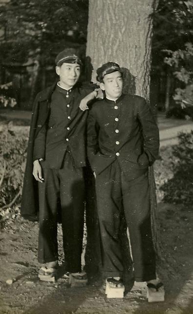仙台一高時代に級友と(左が本人)。「あの頃に遊び尽くして、大学ではもう冷めていた。だからといって勉強に集中したわけではないけれど」=本人提供
