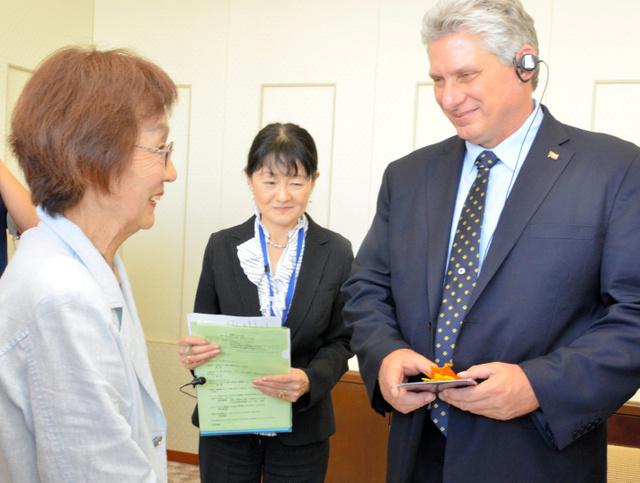 被爆者の岡田恵美子さんと面会したキューバ国家評議会第1副議長のディアスカネル氏=広島市中区中島町