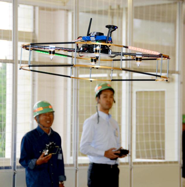 「ドローンスクール」ではインストラクターの指示に従って受講生が操縦していた=5月20日、千葉県長生村、戸田政考撮影