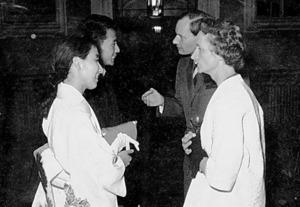 留学中の1961年、独ハイデルベルクで、妻、晟(せい)子さん、モースラー教授夫妻と。「小田滋先生のご縁でね。モースラーさんも小田さんも国際司法裁判所判事を務めたよ」=本人提供