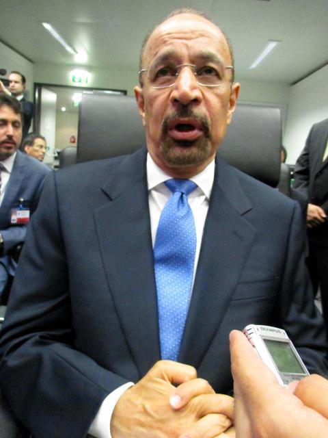 OPEC総会前に記者団の取材に応じる、サウジアラビアのファリハ・エネルギー産業鉱物資源相=ウィーン