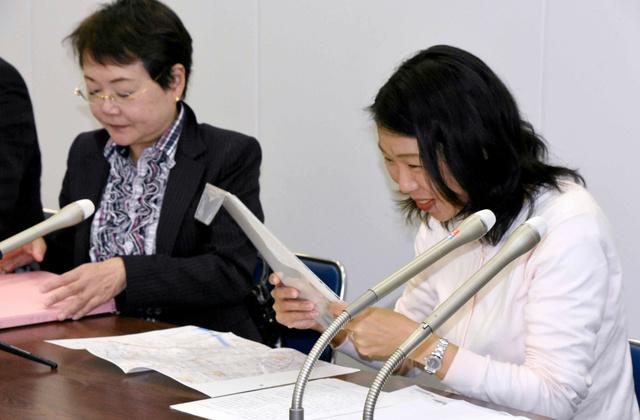 仮処分決定を手にする崔江以子さん(右)と三木恵美子弁護士=2日午後5時、川崎市役所、前田朱莉亜撮影