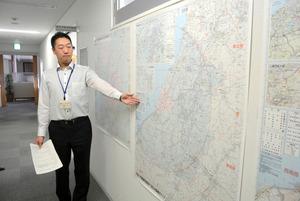 新たにできた県原子力防災対策検討マップを説明する県原子力安全対策課職員=県庁