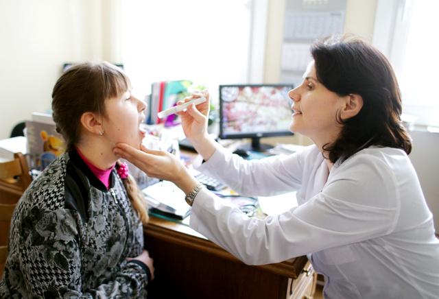 子どもを診察するオリガ・セルデュコバ医師=3月31日、ベラルーシ・ゴメリ州、杉本康弘撮影