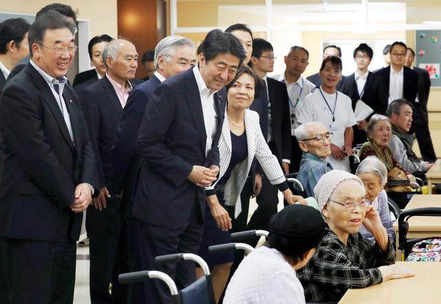 福島県川内村の特別養護老人ホームを訪れ、入居者に声をかける安倍晋三首相=3日午後1時46分、代表撮影