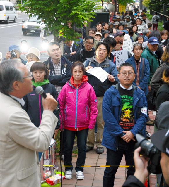 道庁前で原発の再稼働反対を訴える市民ら=札幌市中央区