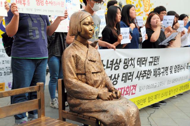 慰安婦を象徴する「少女像」がハンマーで傷つけられ、集会で抗議する大学生ら=3日午後、ソウル、東岡徹撮影