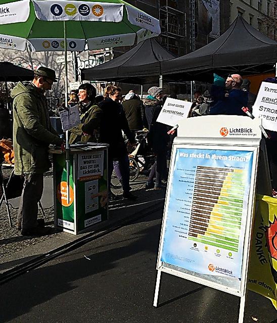 ドイツでは街中でも気軽に電気の契約ができる。ベルリンでは住宅街の路上市場で、再生可能エネルギー専門の電力会社「リヒトブリック」がブースを出していた
