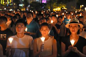 ろうそくに火をともし、天安門事件の犠牲者を悼む集会の参加者ら=4日夜、香港、延与光貞撮影