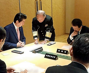 3月18日に首相官邸で開かれたNSCの4大臣会合。北朝鮮の弾道ミサイル発射を受け緊急招集された。安倍晋三首相(左)は河野克俊統合幕僚長(中央)から報告を受け、政府の対応を確認した。この画像と説明は同日付で安倍首相のフェイスブックに掲載された
