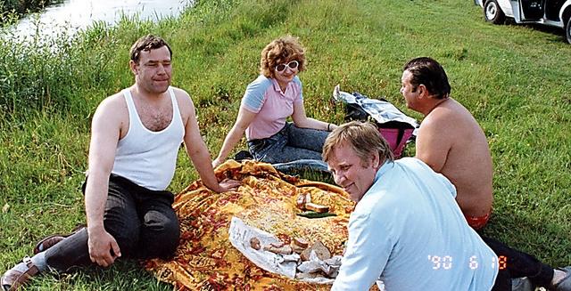 幼なじみの3人は草上の宴会を始めた。左からイワン、通訳の女性、ピョートル、ミコラ。右下の日付から1990年6月18日のことだとわかる