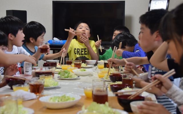翌日は運動会。「ドリームこども食堂」でしっかり食べて力をたくわえた=仙台市青葉区