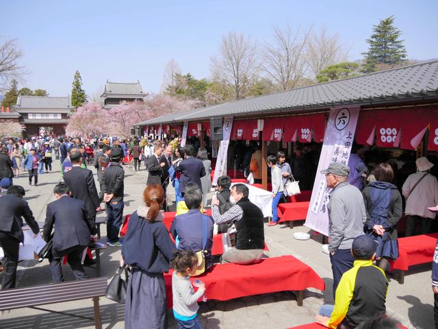大勢の観光客が詰めかけ、にぎわいを見せる上田城真田茶屋=4月2日、上田市の上田城跡公園