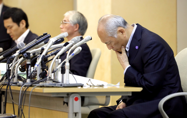 資料を見ながら弁護士の説明を聞く、舛添要一・東京都知事。調査にあたった森本哲也弁護士(左)、佐々木善三弁護士(中央)=6日午後4時33分、都庁、林敏行撮影