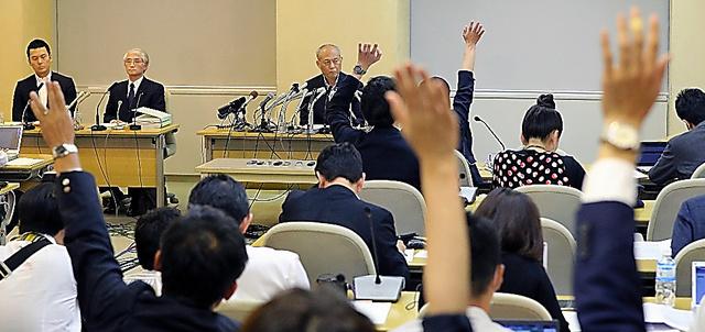 記者会見する舛添要一・東京都知事に、記者から質問が相次いだ=6日午後4時53分、都庁、長島一浩撮影