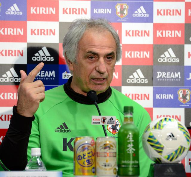 5日の公式会見で、キリンカップ決勝への意気込みを語る日本代表のハリルホジッチ監督=増田啓佑撮影