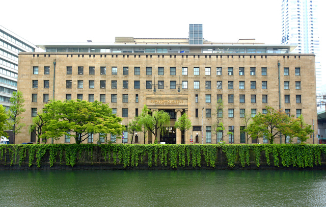 土佐堀川の北側から見た三井住友銀行大阪本店ビル