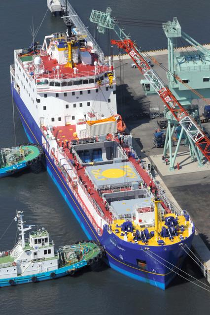 プルトニウムなどを運んだとみられる輸送船=3月22日、茨城県東海村、朝日新聞社ヘリから、堀英治撮影