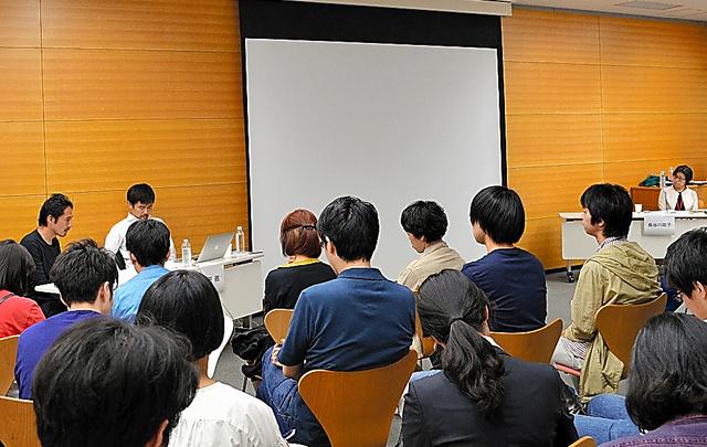 5月8日にあった会期中の館での唯一のトークイベント。報道写真家・横田徹と藤井光の出展作家2人が自作などについて語った。イベントの告知は2日前だった