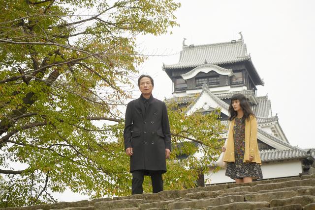 熊本城で撮影された一場面での姜尚中さん(左)と橋本愛さん(C)くまもと映画製作実行委員会