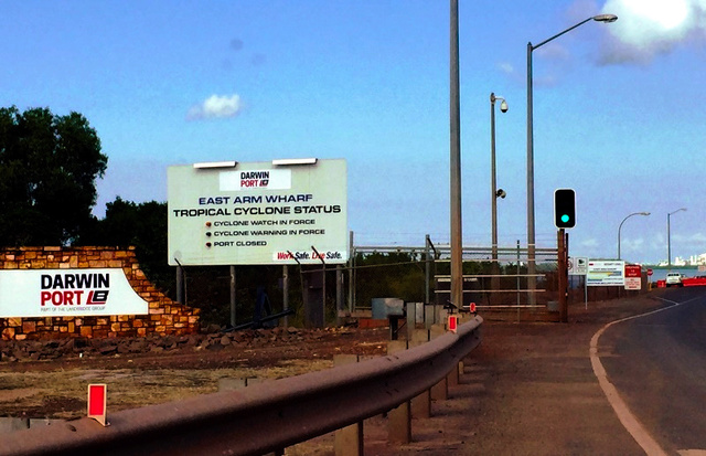 ダーウィン港の主要貨物ターミナルであるイーストアーム埠頭(ふとう)。看板の「ダーウィン港」の文字の下に中国企業「嵐橋集団」の英語名が記されている=郷富佐子撮影
