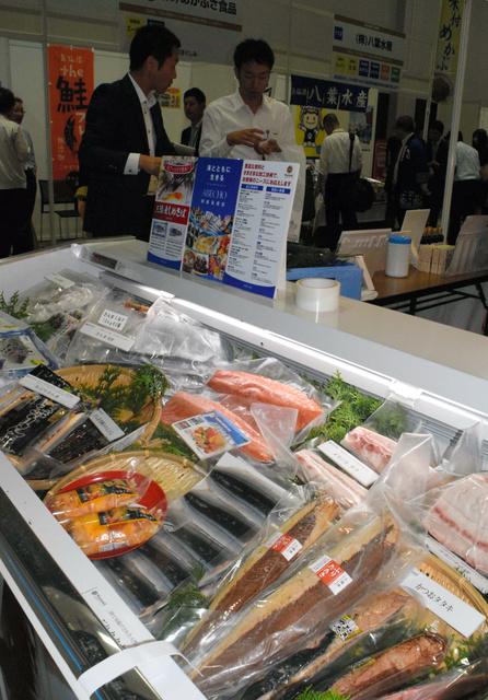たくさんの水産加工品が並び、来場者が品定めをしていた=仙台市青葉区