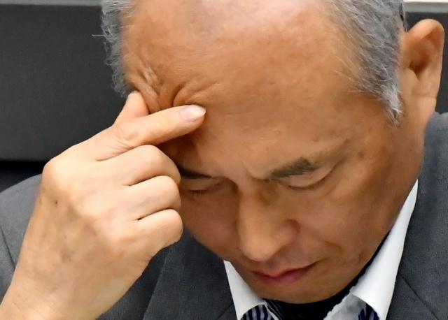 東京都議会の代表質問で厳しい表情を見せる舛添要一都知事=7日午後1時1分、東京都庁、仙波理撮影