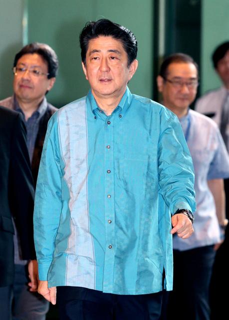 かりゆしウェアを着て首相官邸に入る安倍晋三首相=7日午前10時1分、飯塚晋一撮影