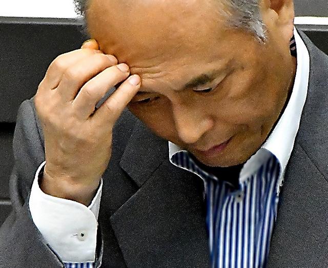 都議会の代表質問で厳しい表情を見せる舛添要一都知事=7日午後、仙波理撮影