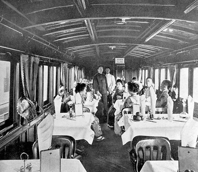 官設鉄道の食堂車(1901年営業開始)内部=交通博物館提供