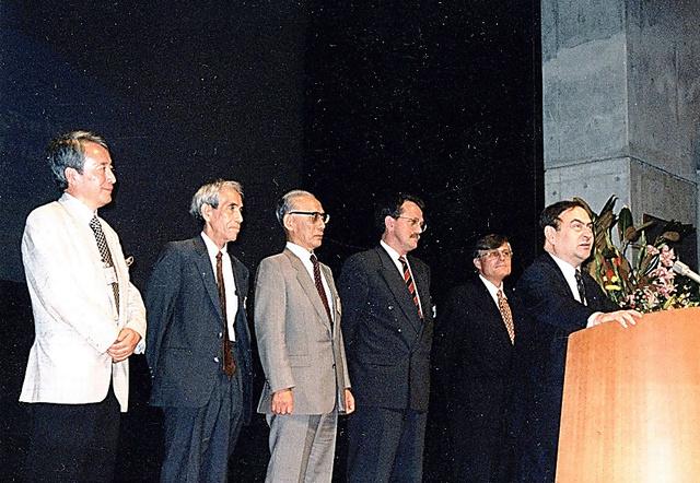 1995年、東京で開かれた国際憲法学会。「日本勢は小林直樹、奥平康弘、樋口(左端)の順。開催の準備に一番骨を折ってくれたのは、ここに写っていない長谷部恭男さんだ」=本人提供