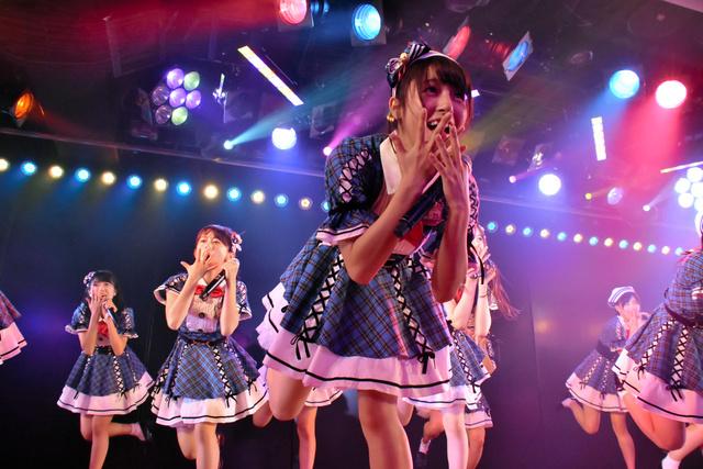 AKB48の近藤萌恵里さん(手前)(C)Excite Japan(撮影・荒井広希)