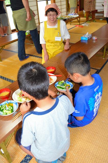 「はまっこ てらす」で夕食を食べる子どもたち=小田原市酒匂4丁目