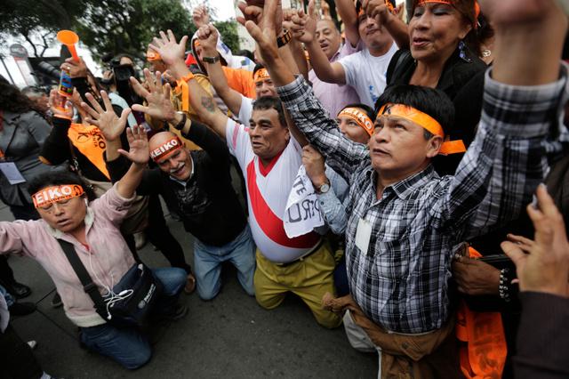 ペルーの首都リマで5日、出口調査の結果を聞くケイコ氏の支持者たち=AP
