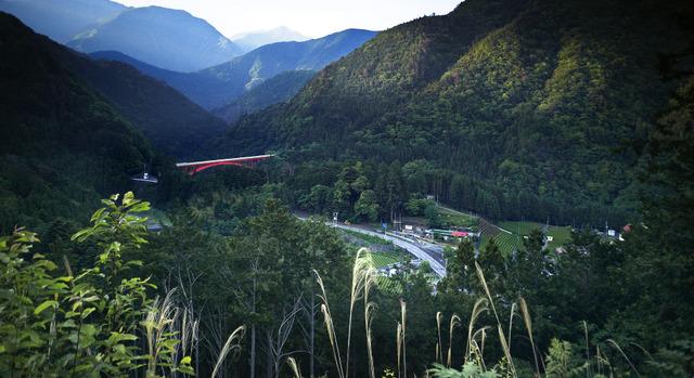 宵闇が迫る山並みに、金嬉老が逃走に使った道が浮かび上がった=静岡県川根本町