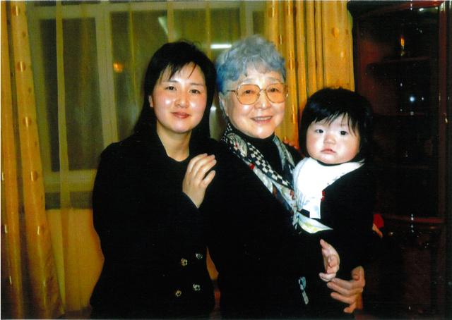 ひ孫にあたる女児(右)を抱く横田早紀江さん(中央)と孫のキム・ウンギョンさん=有田芳生参院議員提供