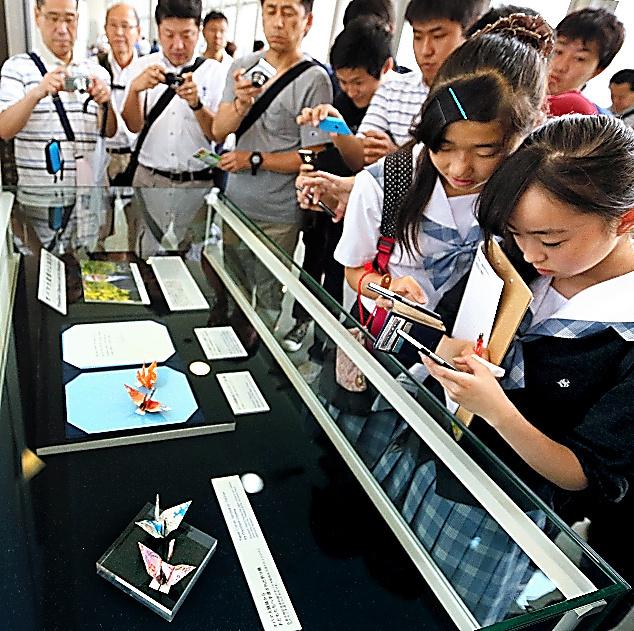 公開されたオバマ米大統領の折り鶴=9日午前9時59分、広島市中区、青山芳久撮影
