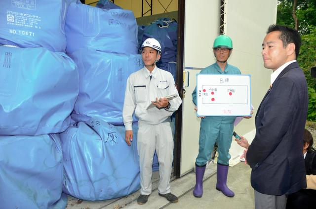 試料採取の現場を視察する環境省の井上信治副大臣=那須塩原クリーンセンター
