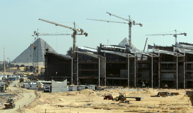 カイロ近郊ギザの3大ピラミッドを望む丘で建設が進む「大エジプト博物館」。巨大なクレーンが資材をつり上げる=4月4日、乗京真知撮影