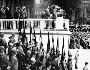 1936年8月1日、ナチス政権下のベルリンで行われたオリンピックの開会式=AP。聖火リレーが始まったのはこの大会からという