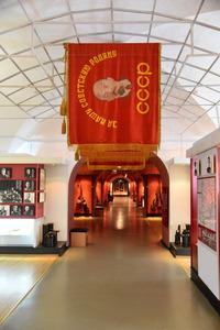旧ソ連の雰囲気を色濃く残す博物館の内部。奥には開戦の年の「1941」という文字が見える=3月28日、ベラルーシ西部ブレスト、中川仁樹撮影