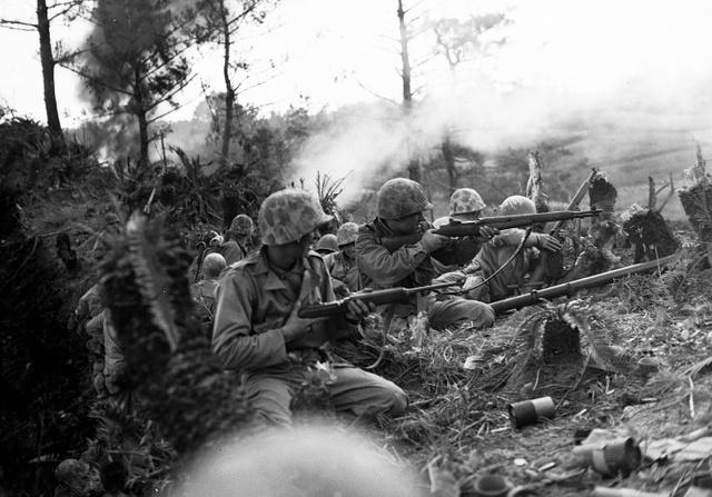 那覇から2マイル北で起きた丘での戦い。「米海兵隊の猛攻撃の後、日本軍は壊滅された」と写真説明に書かれている(1945年5月撮影、沖縄県公文書館提供)