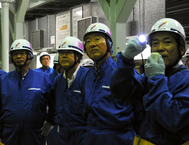燃料プール周辺を視察する松浦松江市長(中央)。右は北野立夫・島根原子力発電所長