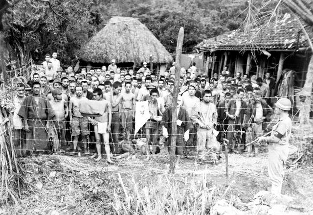 捕虜収容所の外観。300人余りの日本兵捕虜の多くが「ふんどし」か軍服姿だが、着物姿の人もいる(1945年6月撮影、沖縄県公文書館提供)