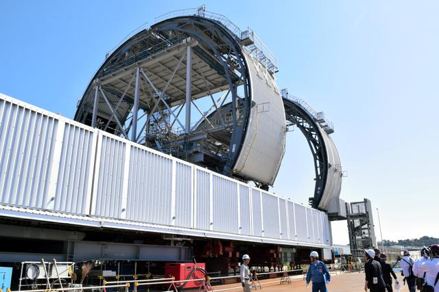 福島第一原発3号機のプールにある燃料を取り出すために設置されるカバー=いわき市の小名浜港