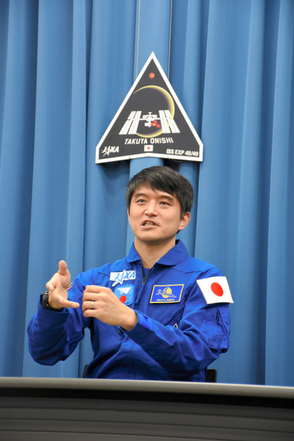 会見で記者の質問に答える大西卓哉宇宙飛行士=10日、東京都内