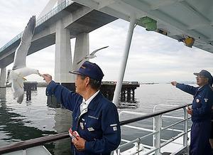船内ではカモメやウミネコの餌付けを体験できる=福島県いわき市