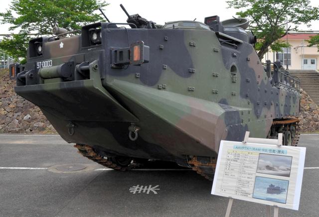 公開された水陸両用車=佐世保市の陸自相浦駐屯地